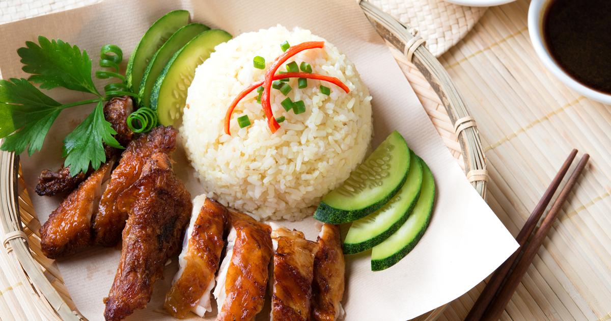 Наси kerabu или наси ulam, популярные малайский рисовое блюдо синий цвет риса, с лепестками цветов бабочка горох